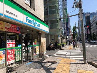 中央通りを日本橋方面へ直進します。(ファミリーマートが左手にきます)