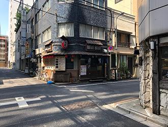 一つ目の十字路を右に曲がり、約20m進むとマレア東京店があります。
